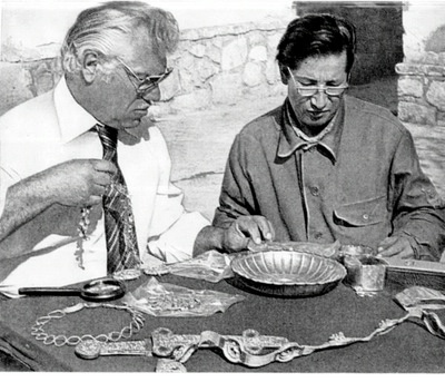 Archaeologist Viktor Sarianidi (left) and Terkesh Khodzhanyanov inspecting gold objects excavated from Tillya Tepe, Tomb IV, 1978 - © Viktor Saranidi, National Museum of Afghanistan  / Musée Guimet