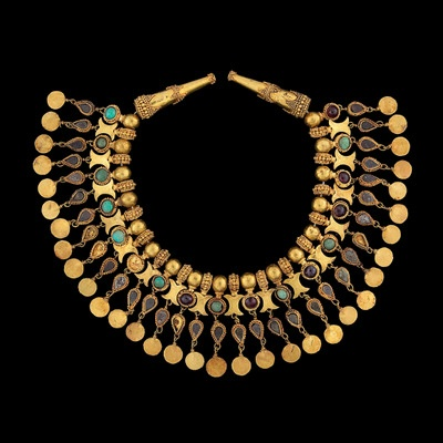 Fig 3: Ornament for the neck of a robe (Tillya Tepe, Tomb V), 1st century BC - 1st century AD (cat. 129) gold, turquoise, garnet and pyrite,  diameter: 12.5 cm (4 15/16) - National Museum of Afghanistan © Thierry Ollivier / Musée Guimet