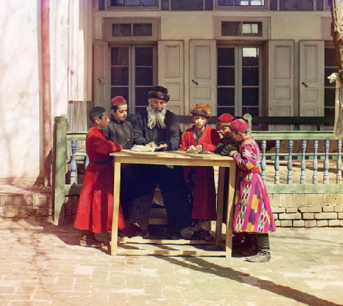 Gruppa evreiskikh mal'chikov s uchitelem. Samarkand: Group of Jewish children with a teacher. Samarkand ( between 1905 and 1915); digital color rendering from digital files from glass neg. - Sergei Mikhailovich Prokudin - Gorskii Collection (Library of Congress, Washington, D.C. 20540 USA).